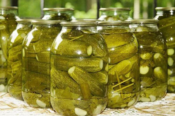 Соленые хрустящие огурцы в банках — простые и супер вкусные рецепты на зиму